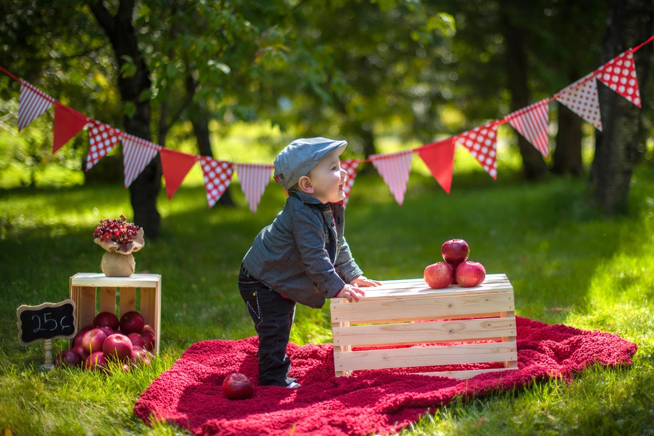 Séance thématique en extérieur thméme pomme avec Emerick - Jarmila Guivarch Photographe à Val-d'Or