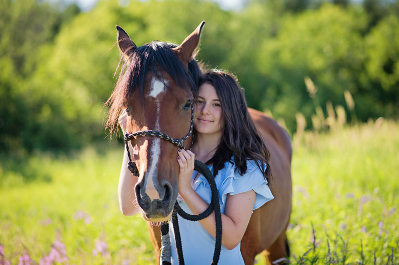 Séance portrait - Annabelle avec cheval - Jarmila Guivarch Photographe à Val-d'or