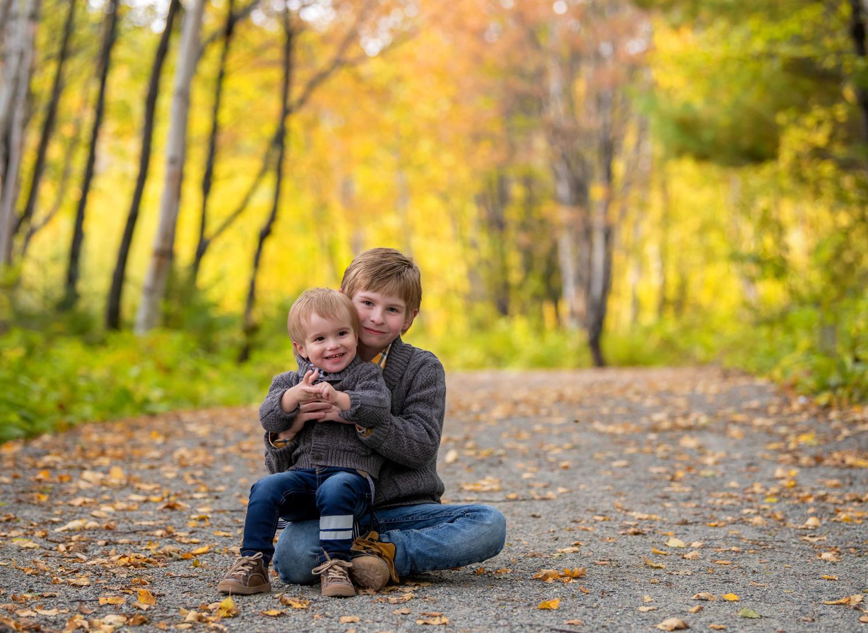 Portrait d'enfant en extérieur en automne, Jarmila Guivarch Photographe, Val-d'or