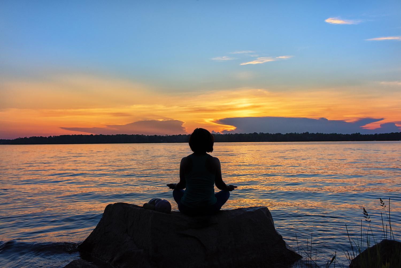 Séance corporative yoga au coucher de soleil, Jarmila Guivarch Photographe, Val-d'or