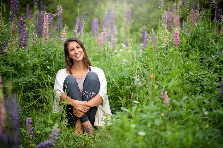 Séance corporative yoga été, dans un champs de fleur, Jarmila Guivarch Photographe, Val-d'or
